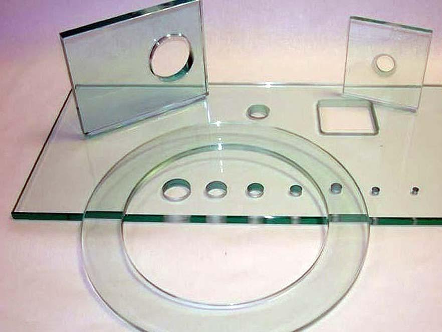 Caurumi stiklā