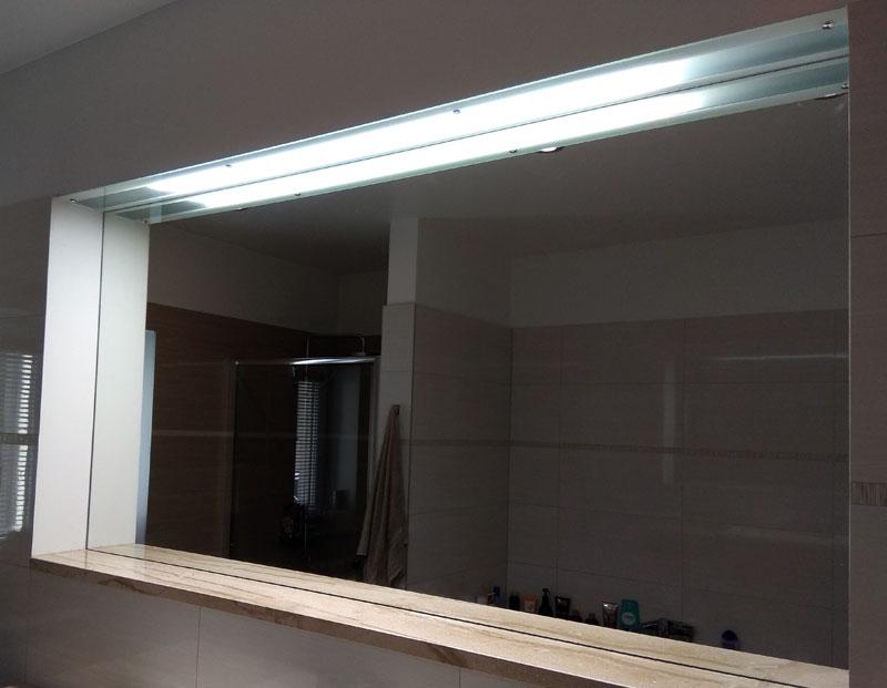 Ielīmēts nišā spogulis ar augšējo gaismas konturu