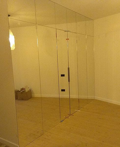 Spoguļsiena ar durvīm