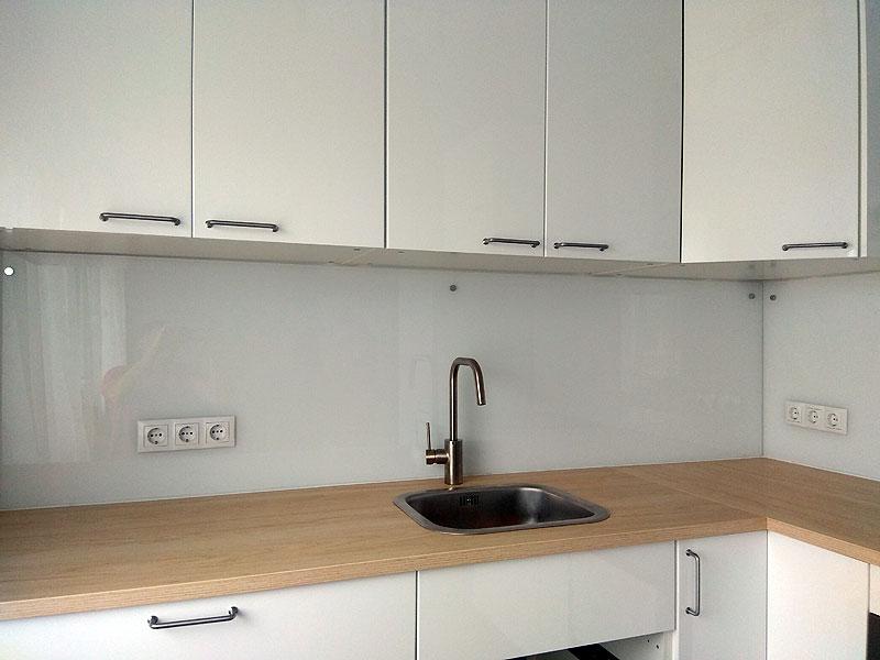 Balts virtuves panelis