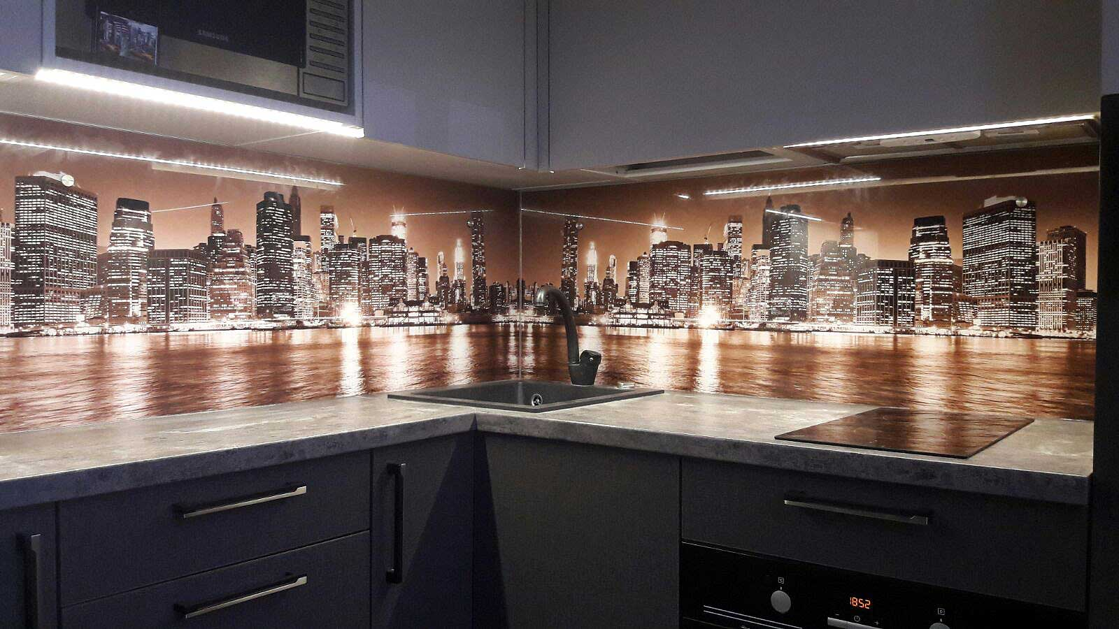 Virtuves panelis ar nakts pilsētu