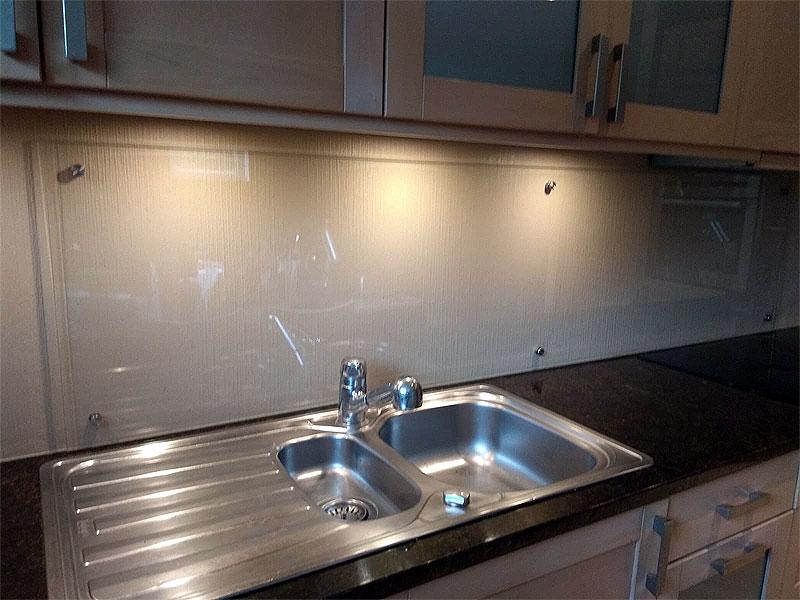 Virtuves panelis ar atstarpi no sienas