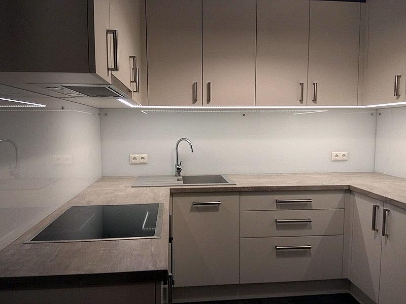 Balti virtuves paneļi