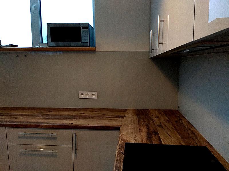 Широкая панель мягко-серого цвета (frosty grey)