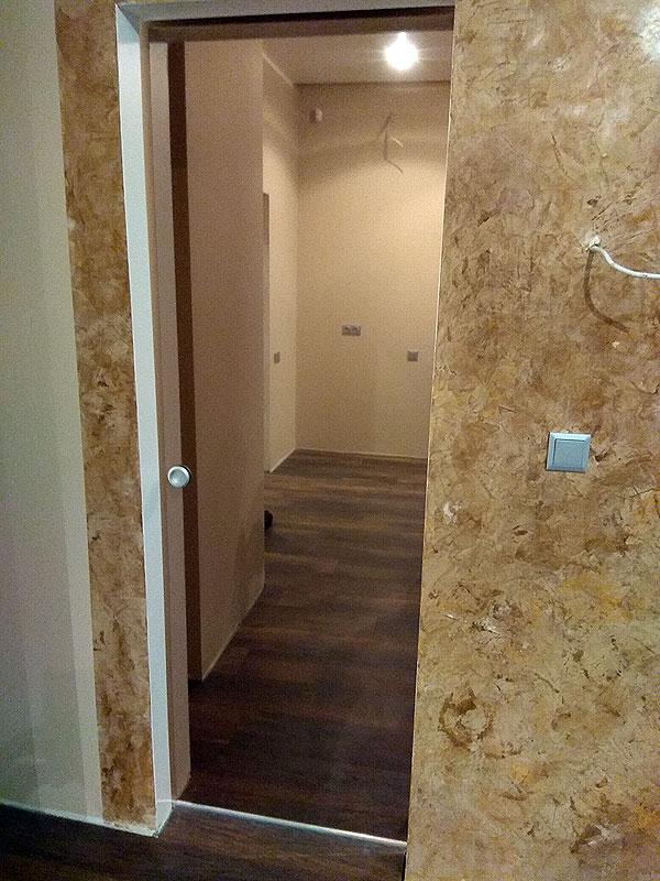 Сдвигающая зеркальная бронзовая дверь в гардеробную