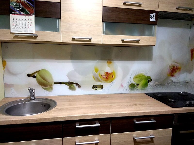 Virtuves panelis ar ziediem