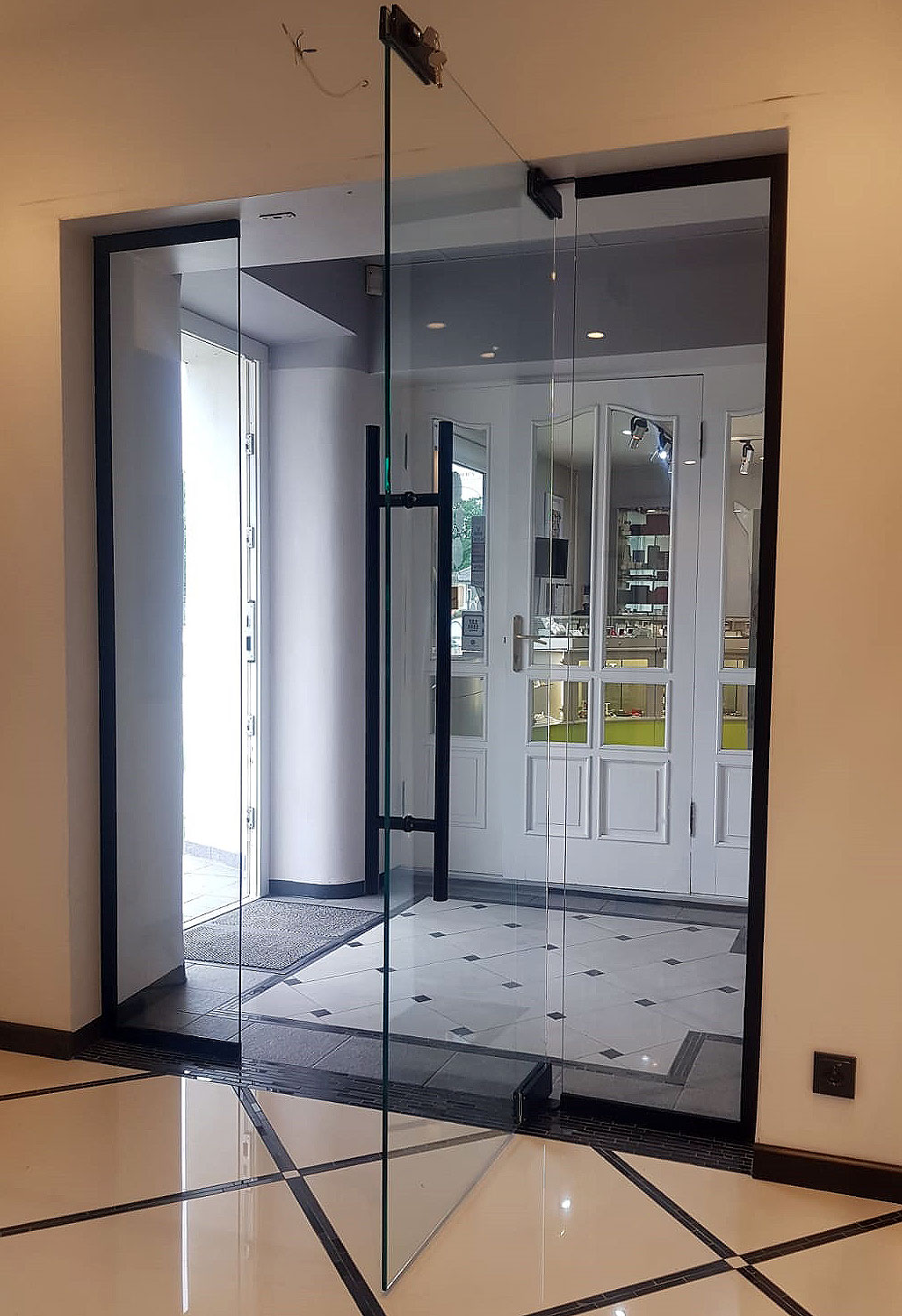 Stikla durvis melnā furnitūrā