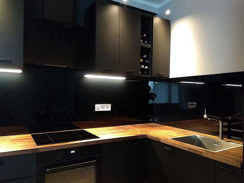 Glancēts melns virtuves panelis